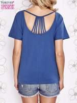 Ciemnoniebieski t-shirt z napisem JE T'AIME i dekoltem na plecach                                  zdj.                                  4