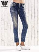 Ciemnoniebieskie marmurkowe regular jeans                                  zdj.                                  1