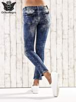 Ciemnoniebieskie marmurkowe regular jeans                                  zdj.                                  2
