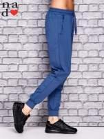 Ciemnoniebieskie spodnie dresowe z zasuwaną kieszonką                                  zdj.                                  2