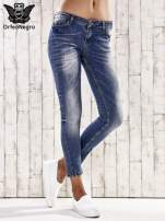 Ciemnoniebieskie spodnie jeansowe rurki z efektem marble denim                                                                          zdj.                                                                         1