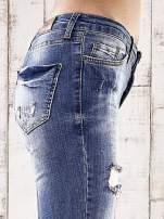 Ciemnoniebieskie spodnie jeansowe rurki z przetarciami i dziurami                                                                          zdj.                                                                         5
