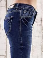 Ciemnoniebieskie spodnie jeansowe z łatami na kolanach                                                                          zdj.                                                                         5