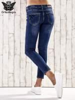 Ciemnoniebieskie spodnie jeansowe z łatami na kolanach                                                                          zdj.                                                                         3