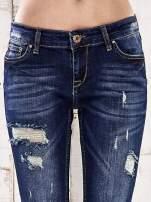 Ciemnoniebieskie spodnie regular jeans z dziurami                                  zdj.                                  4