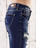 Ciemnoniebieskie spodnie regular jeans z dziurami                                  zdj.                                  5