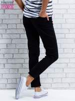 Ciemnoniebieskie spodnie regular jeans z plecionym paskiem                                  zdj.                                  2