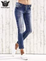 Ciemnoniebieskie spodnie regular jeans z przetarciami                                  zdj.                                  1