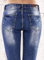 Ciemnoniebieskie spodnie regular jeans z przetarciami                                                                          zdj.                                                                         6