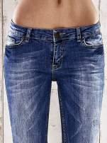Ciemnoniebieskie spodnie rurki z przetarciami                                  zdj.                                  4