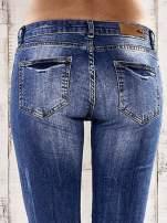 Ciemnoniebieskie spodnie rurki z przetarciami                                  zdj.                                  6
