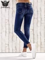 Ciemnoniebieskie spodnie skinny jeans ze złotymi ćwiekami