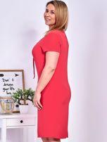 Ciemnoróżowa sukienka z ozdobnym wiązaniem PLUS SIZE                                  zdj.                                  3