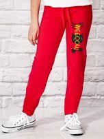 Ciemnoróżowe spodnie dresowe dla dziewczynki z nadrukiem kota na udzie                                  zdj.                                  1