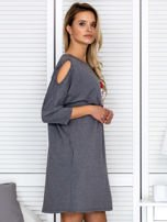 Ciemnoszara sukienka damska oversize z perełkami i okrągłą naszywką                                  zdj.                                  3