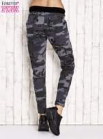 Ciemnoszare ocieplane spodnie dresowe z militarnym motywem                                  zdj.                                  3