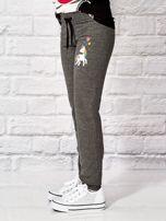 Ciemnoszare spodnie dresowe dla dziewczynki z motywem jednorożca                                  zdj.                                  3