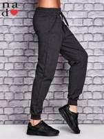 Ciemnoszare spodnie dresowe z troczkami                                  zdj.                                  3
