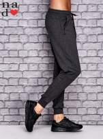 Ciemnoszare spodnie dresowe z zasuwaną kieszonką                                  zdj.                                  2