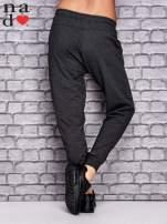 Ciemnoszare spodnie dresowe z zasuwaną kieszonką                                  zdj.                                  3
