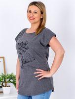 Ciemnoszary t-shirt z motywem roślinnym PLUS SIZE                                  zdj.                                  3