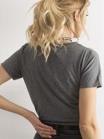 Ciemnoszary t-shirt z nadrukiem i cyrkoniami                                  zdj.                                  2