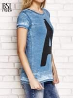 Ciemnoturkusowy t-shirt z literą A                                                                          zdj.                                                                         3