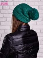 Ciemnozielona czapka z dużym pomponem