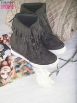 Ciemnozielone zamszowe botki sneakersy Chalotte na ukrytym koturnie z frędzlami                                  zdj.                                  2