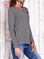 Czarna bluzka w drobne paski z naszywkami                                  zdj.                                  3