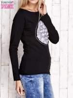 Czarna bluzka z kwiatową aplikacją i surowym wykończeniem                                  zdj.                                  3