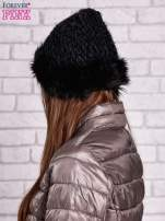 Czarna czapka o szerokim splocie z futrzanym wykończeniem