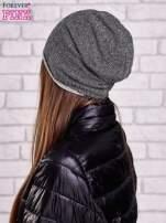 Czarna czapka z surowym wykończeniem