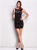 Czarna dopasowana sukienka z błyszczącą aplikacją                                   zdj.                                  4