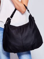 Czarna miękka torba na ramię z ozdobną przywieszką                                  zdj.                                  1