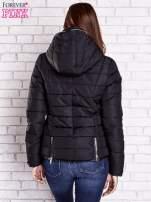 Czarna pikowana kurtka ze złotymi suwakami                                  zdj.                                  2