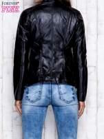 Czarna skórzana kurtka ramoneska z pikowanymi przeszyciami