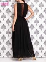 Czarna sukienka maxi z łańcuchem przy dekolcie                                  zdj.                                  4