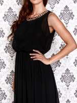 Czarna sukienka maxi z łańcuchem przy dekolcie                                  zdj.                                  6
