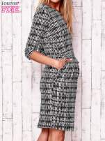 Czarna sukienka w graficzne wzory z rękawem 3/4                                  zdj.                                  3