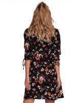 Czarna sukienka w kwiaty z kopertowym dekoltem                                  zdj.                                  2