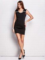 Czarna sukienka z bogatym zdobieniem przy dekolcie                                  zdj.                                  4