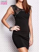 Czarna sukienka z koronkową wstawką i aplikacjami przy dekolcie                                  zdj.                                  3