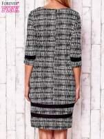 Czarna sukienka z motywem graficznym i materiałowymi wstawkami                                  zdj.                                  2