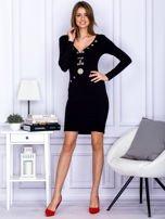 Czarna sukienka z ozdobnymi kółeczkami                                  zdj.                                  4