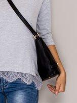 Czarna torebka listonoszka ze złotymi klamrami                                  zdj.                                  2