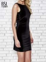 Czarna welurowa sukienka z głębokim dekoltem na plecach                                  zdj.                                  3