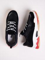Czarne buty sportowe z kolorowymi sznurówkami i czerwoną wstawka na podeszwie                                  zdj.                                  1