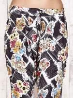 Czarne lejące spodnie z kwiatowym nadrukiem                                                                          zdj.                                                                         5
