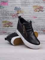 Czarne skórzane buty slip on ze złotym suwakiem i napisem                                                                          zdj.                                                                         3